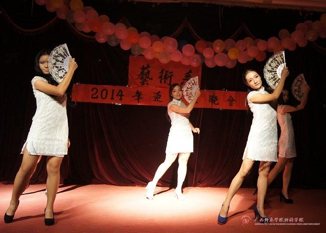 放飞梦想,唱响青春——艺术系2014迎新生晚会舞蹈《咏春》表演者:张晓钰 等