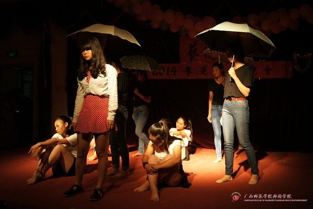 放飞梦想,唱响青春——艺术系2014迎新生晚会歌伴舞《月半小夜曲》