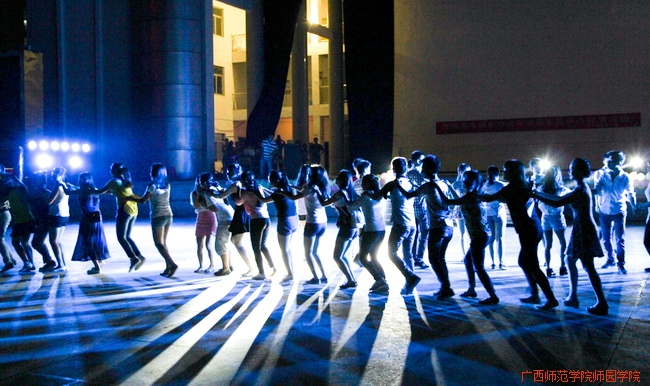 图为同学们集体跳兔子舞